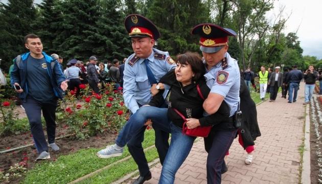 У Казахстані затримали понад 70 учасників антиурядових мітингів