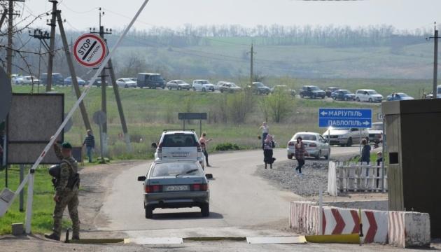 На Донбассе в очередях к КПВВ - 230 автомобилей