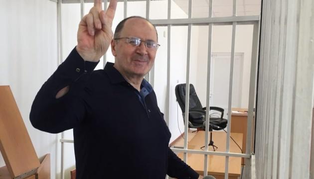 У РФ суд достроково звільнив главу чеченського «Меморіалу»