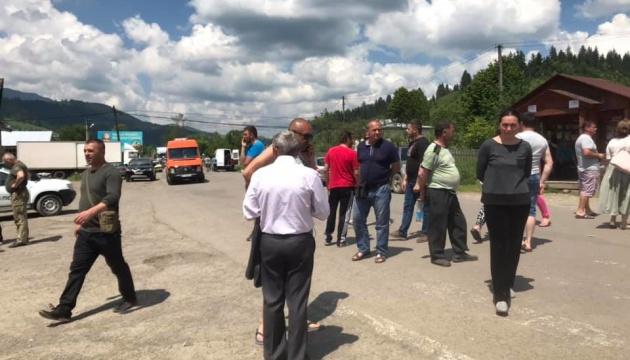 Активісти тимчасово розблокували дорогу у Карпатах
