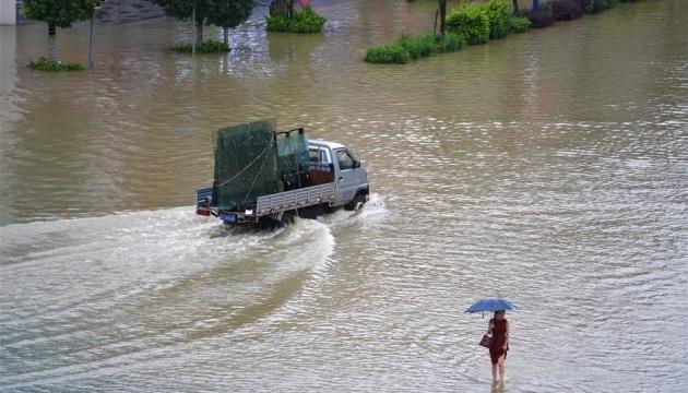 Через сильні зливи у Китаї загинули 16 осіб