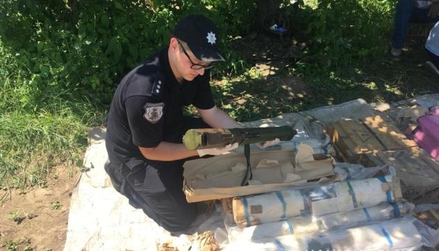 В саду жителя Ривненщины откопали крупнейший в Украине схрон боеприпасов