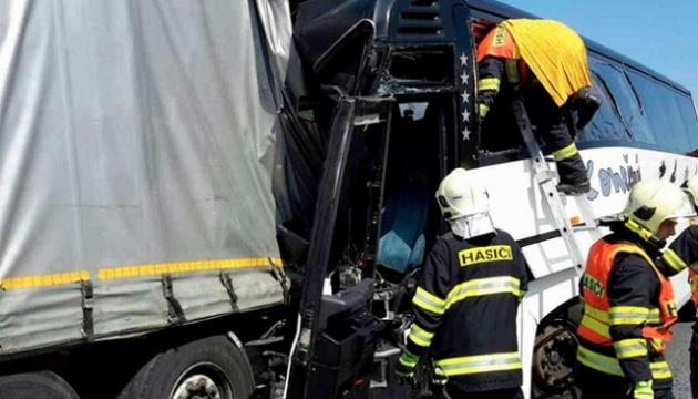 У Чехії шкільний автобус врізався у фуру: 18 потерпілих