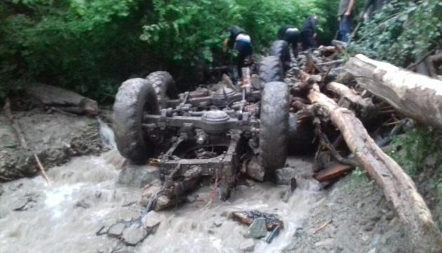 На Закарпатті вантажівка зірвалася у річку, 5 загиблих
