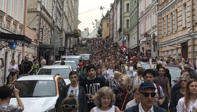 Російська поліція затримала на акції у Москві майже 100 осіб
