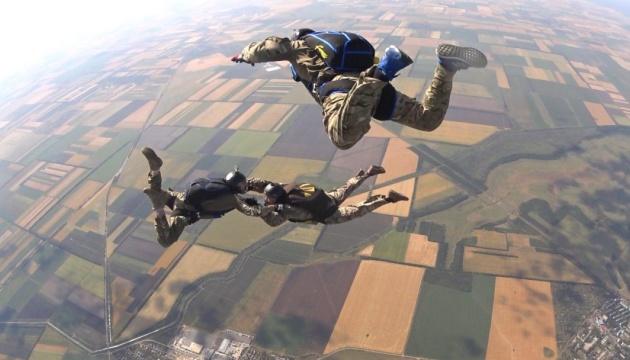 Нова парашутна система: морських піхотинців вчать стрибати з 8000 метрів