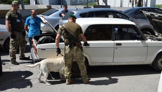 У пунктах пропуску на Донбасі застрягли 220 авто