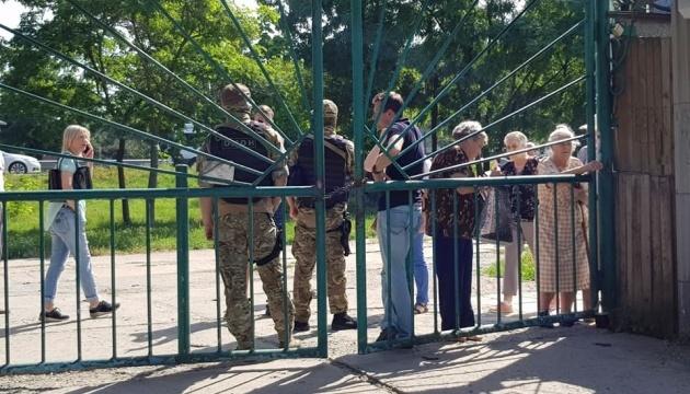 Оккупанты с оружием окружили