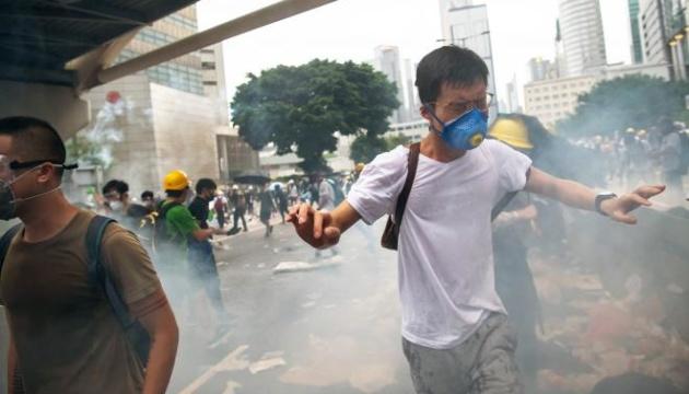 Протести у Гонконзі: поліція розганяє активістів сльозогінним газом