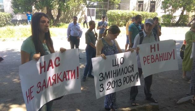 Під харківською поліцією протестували проти обшуків у активістів