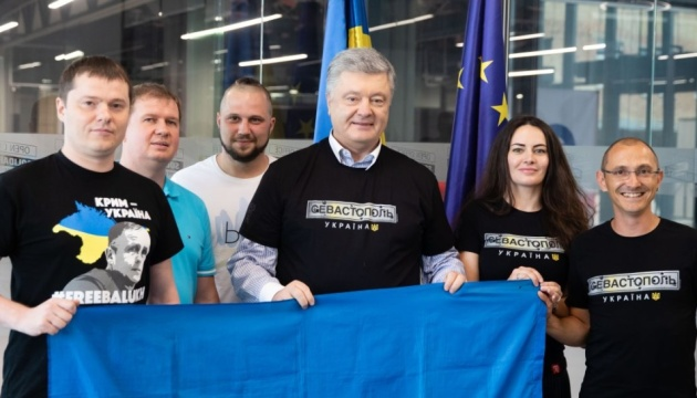 Порошенко зустрівся з проукраїнськими активістами з Криму