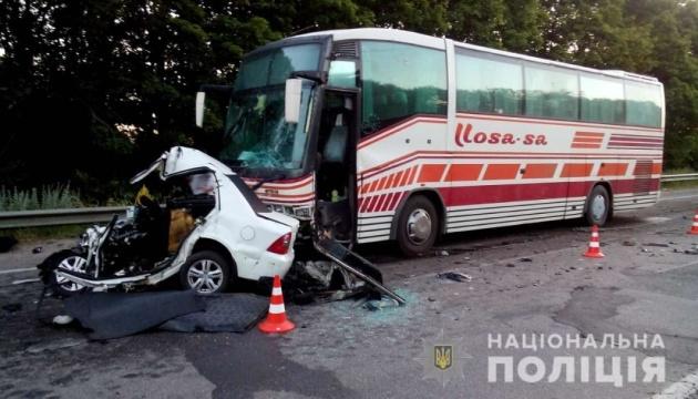 На Харківщині авто врізалося в автобус, є загиблий