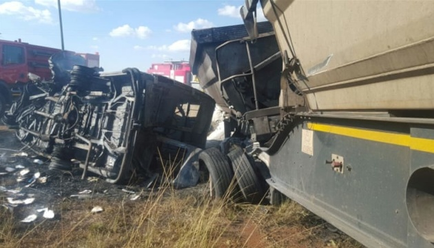 У ПАР автобус із підлітками зіткнувся з таксі: 24 загиблих