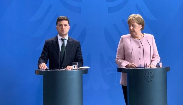 Меркель заверила Зеленского в сохранении санкций против России