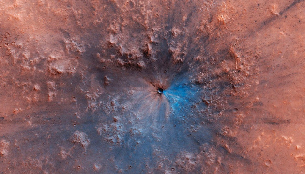 """Супутник NASA знайшов на Марсі """"свіжий"""" кратер"""