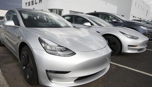 """Маск """"зрівняв"""" ціни на чорну та срібну Tesla"""