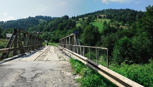 У Карпатах після грози обвалився залізобетонний міст між селами
