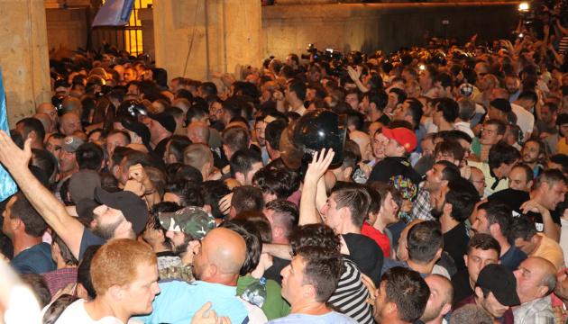 У Тбілісі звільнили з-під варти півсотні затриманих протестувальників