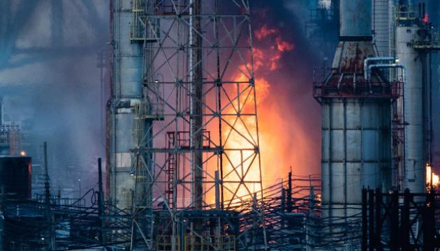 У США назвали причину масштабної пожежі на нафтопереробному заводі