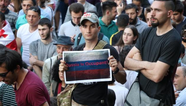 В Грузии возобновились протесты под парламентом