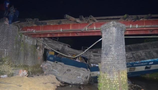 У Бангладеш потяг зійшов із рейок, п'ятеро загиблих, десятки постраждалих