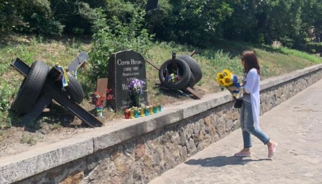 У Києві відновили пошкоджений меморіал Нігояна