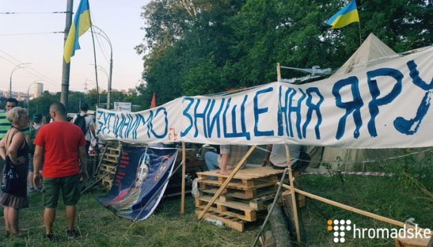 Активисты на Протасовом Яру в Киеве снесли бетонный забор и перекрыли дорогу