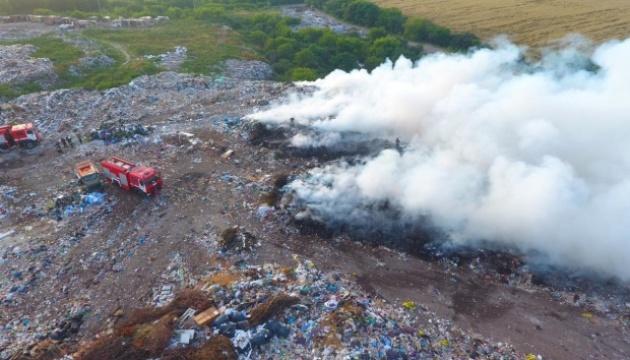 На Рівненщині загасили пожежу на сміттєзвалищі