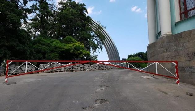 Перед пішохідним мостом у Києві встановили шлагбауми
