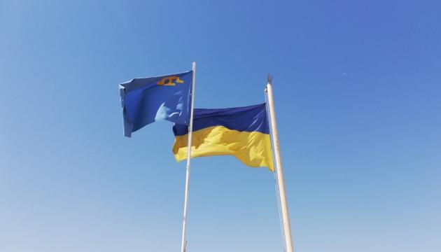 В дипустановах України за кордоном замайорів кримськотатарський прапор