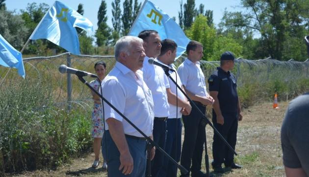 На админгранице с Крымом подняли крымскотатарский флаг