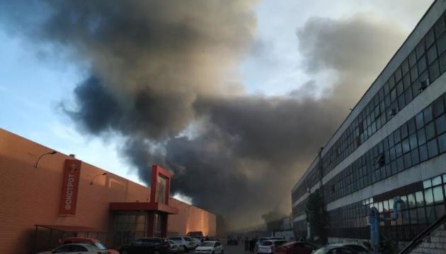 Під Києвом - масштабна пожежа, горять склади біля Кільцевої