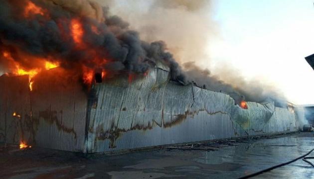 Спасатели локализовали пожар на складе секонд-хенда возле Окружной