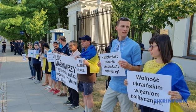 В Варшаве перед посольством России требовали освободить украинских моряков