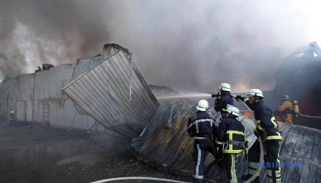 Спасатели ликвидировали пожар на складе секонд-хенда под Киевом