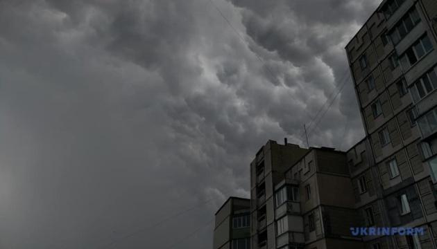 Синоптики попереджають про грози, град та вітер до 20 м/с