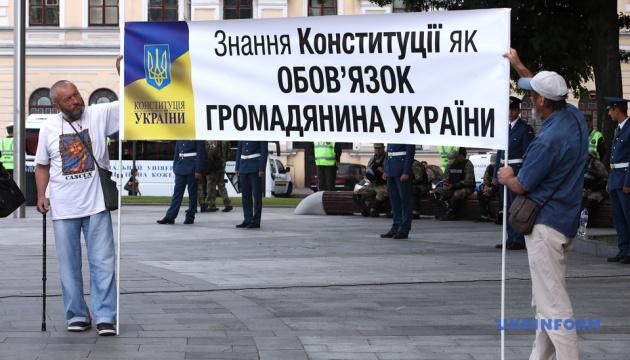 Мітинг і кіно у волонтерському наметі: Харків святкує День Конституції