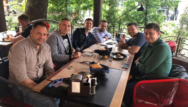 Зеленский празднует День Конституции в кафе с Богданом и Шефиром