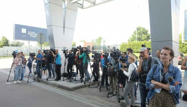Звільнені з полону в ОРДЛО українці прилетіли до Києва