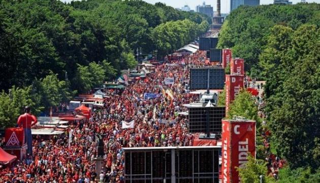 У Берліні профспілки вивели на вулиці десятки тисяч людей