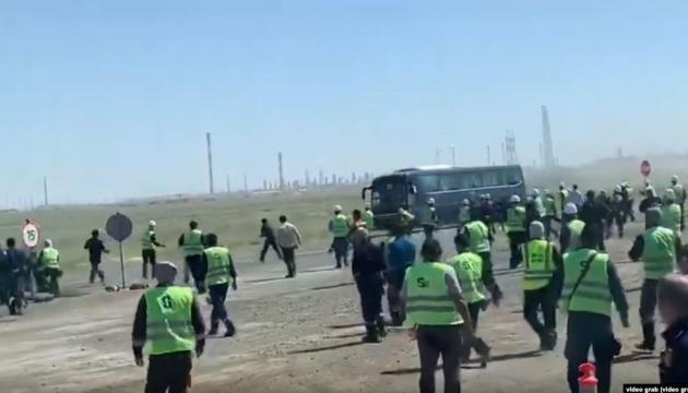 На нафтовому родовищі у Казахстані сталася масова бійка, десятки постраждалих