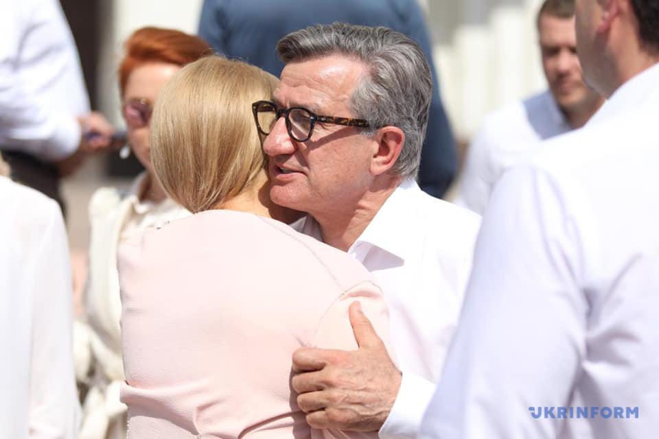Тимошенко і Тарута привітали один одного з подачею документів до ЦВК / Фото: Данііл Шамкін, Укрінформ