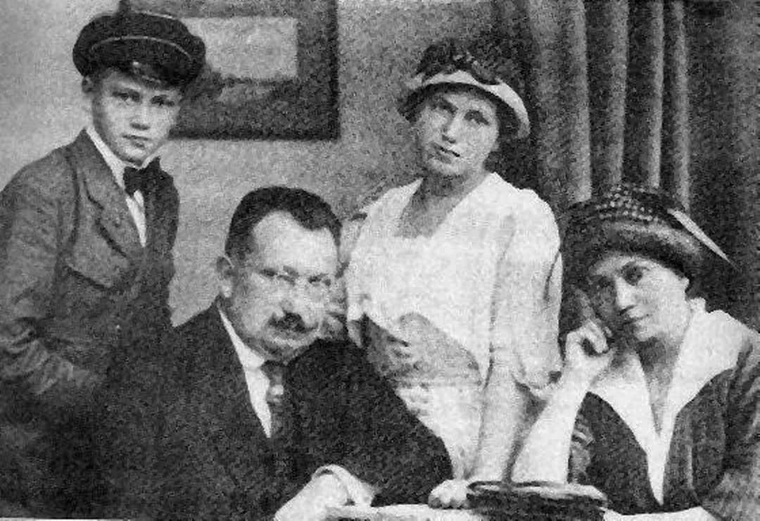 сім'я Лівицьких  - підліток Коля, Андрій Миколайович, дочка Наталя і мати Марія Варфоломіївна, 1920 р.