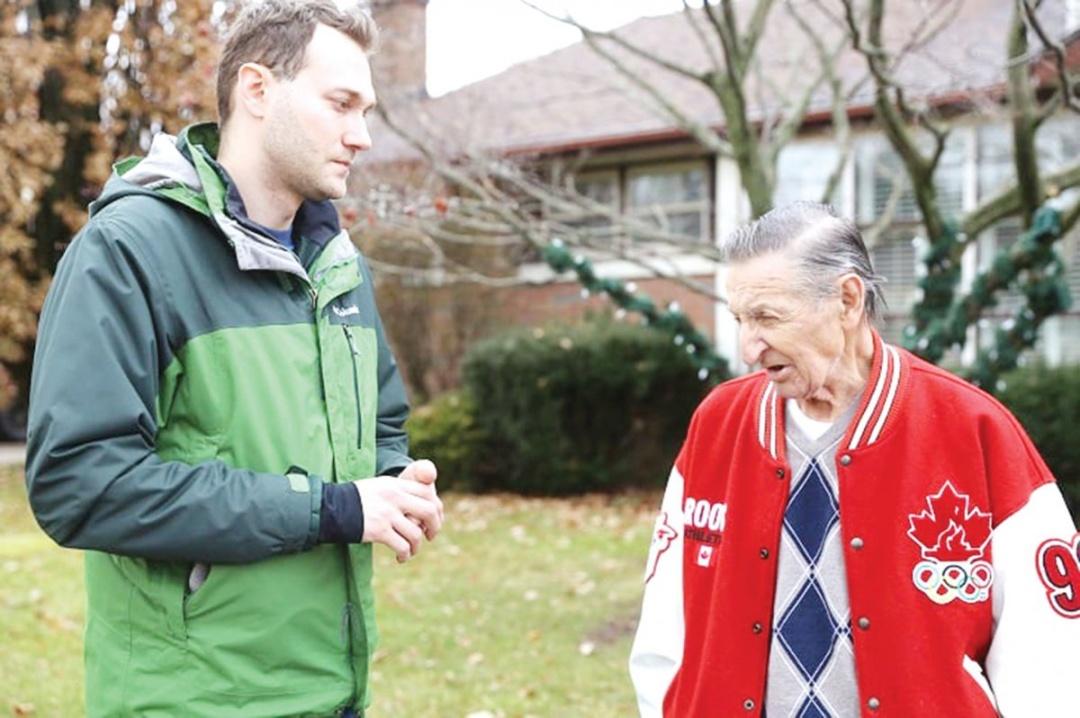 Режисер Володимир Мула (ліворуч) спілкується з канадцем українського походження Волтером Грецкі — батьком найкращого хокеїста в історії Вейна Грецкі