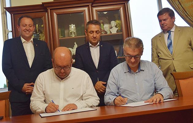За спинами підписантів (зліва-направо): Йожеф Бугайло, Янош Арпад Потапі, Матіаш Сіладі