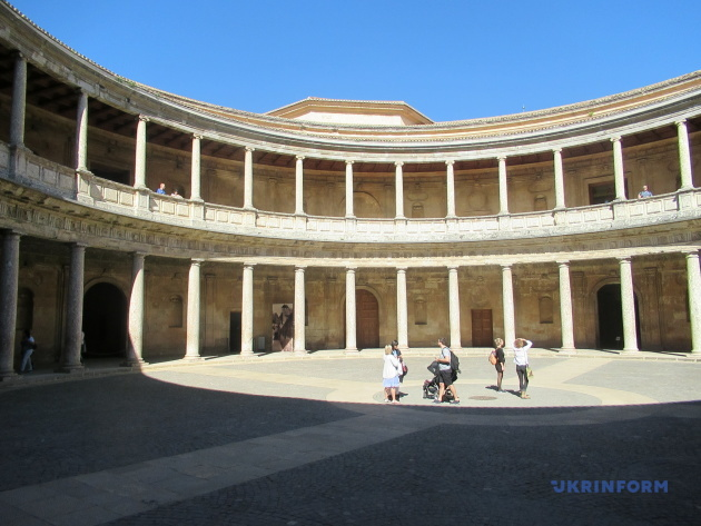 Внутрішній двір палаца Карла