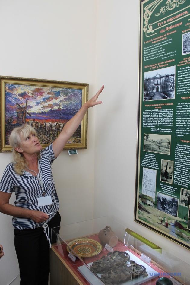 Тетяна Гринь знайомить відвідувачів з оновленою експозицією