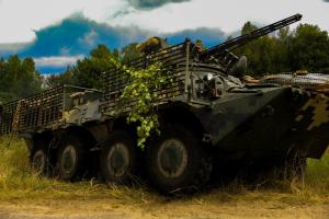 Fallschirmjäger testen den neuesten Schützenpanzerwagen