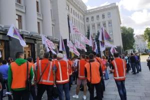 Під Офісом Президента у помаранчевих жилетах мітингують залізничники