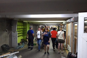 """У переході біля метро """"Позняки"""" демонтують незаконні МАФи"""